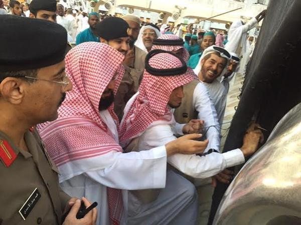 الشيخ السديس يشارك في صيانة وخياطة ثوب الكعبة