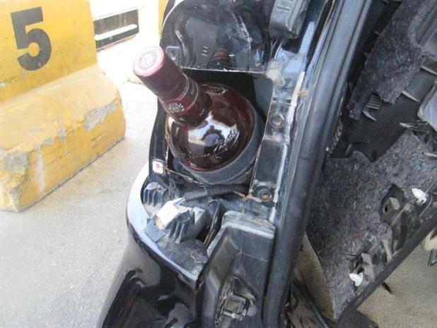 بالصور.. جمرك جسر الملك فهد يُحبط محاولتين لتهريب 87 زجاجة خمر