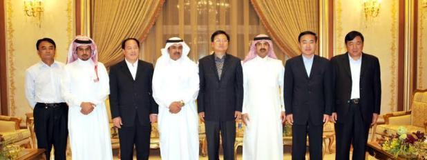 ( صورة تجمع عجلان وإخوانه بالسفير الصيني وأعضاء السفارة الصينية )