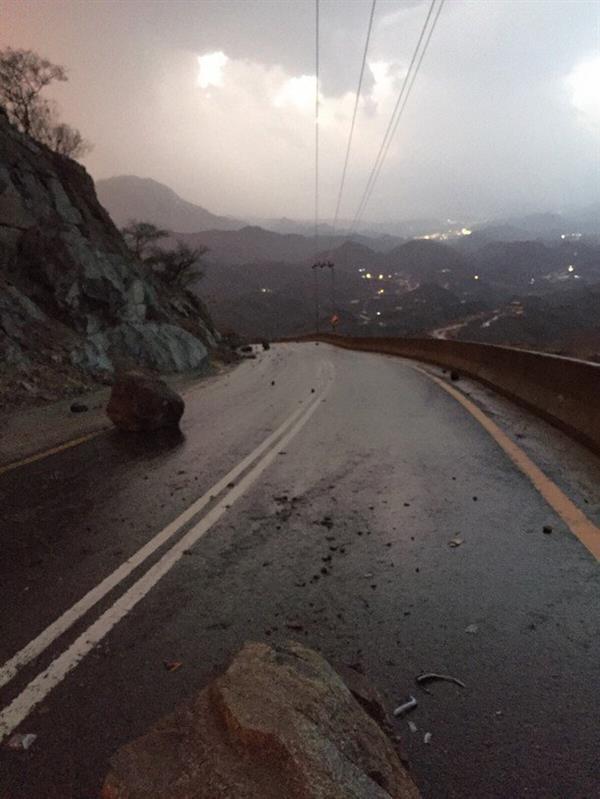 نجاة مواطن بعد سقوط صخرة على مركبته بالباحة