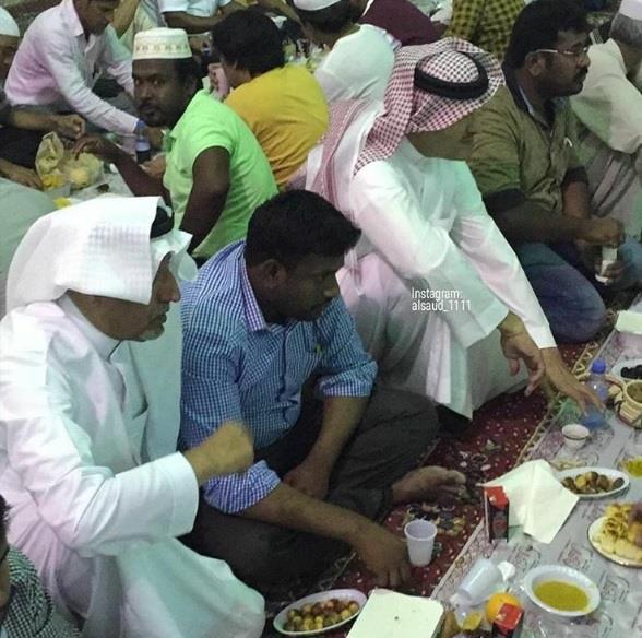 بالصور.. سلطان بن سلمان يتناول الإفطار مع عمالة وافدة في جامع والدته بالرياض