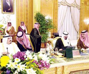 الأمير سعود الفيصل يستمع لتوجيهات الراحل الملك فهد بن عبدالعزيز في إحدى جلسات مجلس الوزراء