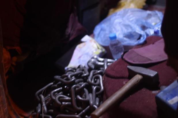 الإطاحة بـ 8 مواطنين وسوداني في تشكيل عصابي للسطو على المنازل وسرقة السيارات بالخرج - صور