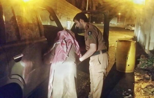 بالصور.. رجل دفاع مدني بتيماء يساعد مسناً في إخلاء منزله بعد غرقه في الأمطار