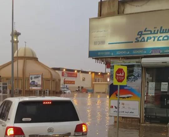 """""""أمطار القصيم"""" تحاصر مطعم """"البيك"""" ببريدة وتتسبب في إغلاقه (صور)"""