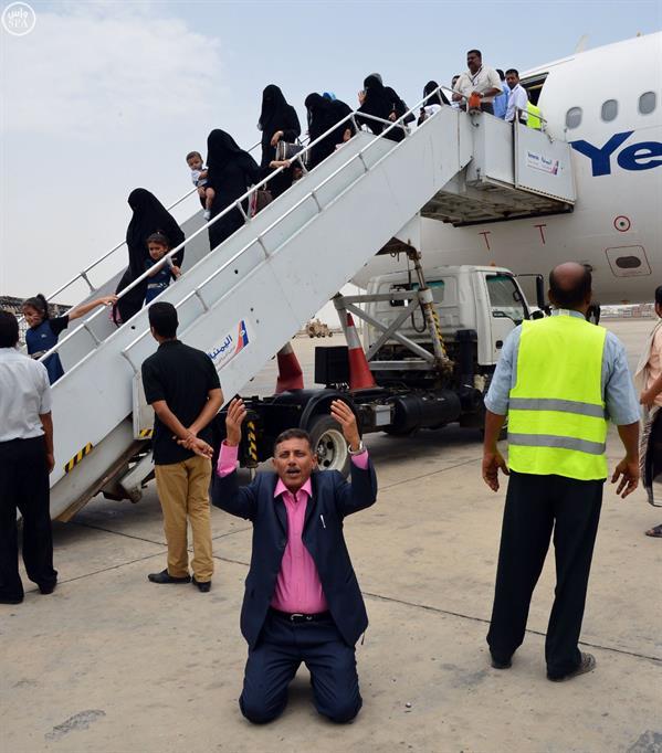 120  يمنيا عالقًا يصلون الى اليمن ضمن برنامج خصصه مركز الملك سلمان للإغاثة