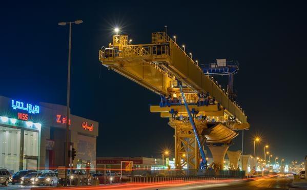 بالصور.. تركيب جسور قطار الرياض على مسار طريق المدينة المنورة 