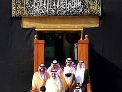 بالصور.. أمير مكة يتشرف بغسل الكعبة نيابة عن خادم الحرمين