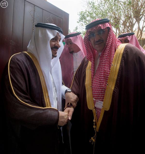 نائب خادم الحرمين يؤدي صلاة الميت على الأميرة سارة بنت سعود الكبير