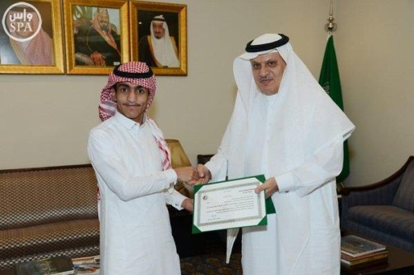 وزير النقل يكرم موظفين رفضا رشوة قدمت لهما (صور)