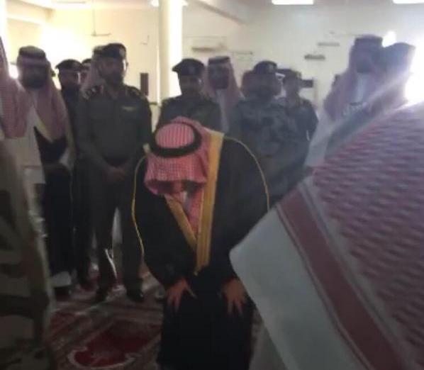 محمد بن نايف أول مصلٍّ بمسجد طوارئ