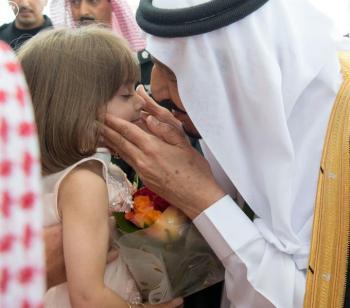 بالصور.. لمسة حانية من الملك سلمان لطفلة استقبلته بالورود في جدة