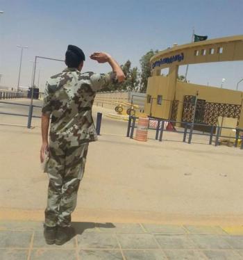 رجل أمن يودع وحدته الخاصة بتحية عسكرية