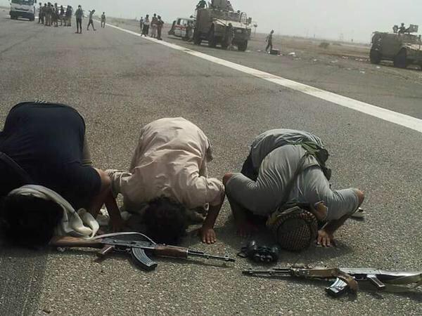 """يمنيون يسجدون شكراً لله.. ويرفعون لافتات شكر لـ """"محمد بن سلمان"""" بعد تحرير عدن"""