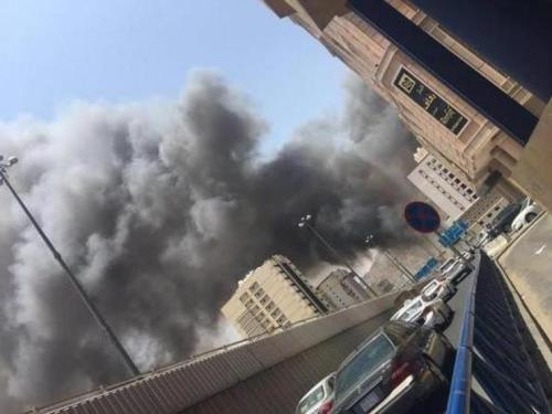 «مدني مكة» يكافح حريقاً هائلاً بموقع في حي العزيزية