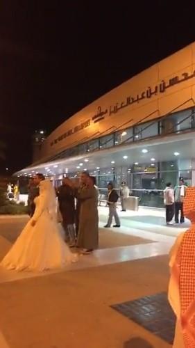«عروس» بفستان فرحها بمطار ينبع .. تدهش الحضور