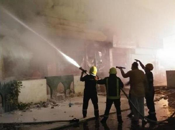 بالصور..حريق يلتهم مركز للتخفيضات في صامطة