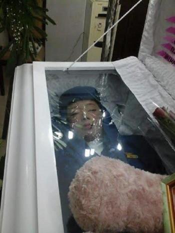 بالصورة .. مضيفة فلبينية تدفن بزي الخطوط السعودية تنفيذاً لوصيتها 
