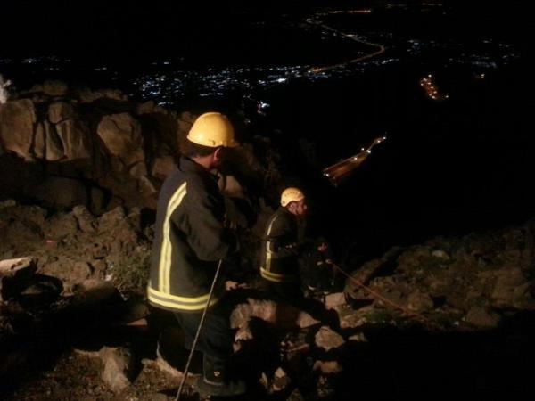بالصور.. 6 نساء يعلقن بمنحدر خطر بجبل كرا هروباً من نقطة التفتيش
