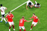 وقدم المنتخب أداءًا باهتًا أمام روسيا ليخسر بثلاثة أهداف مقابل هدف أحرزه محمد صلاح