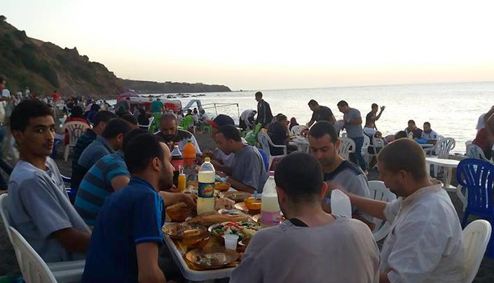 بالإفطار على الشواطئ.. جزائريون يزاوجون متعة البحر مع فريضة الصيام