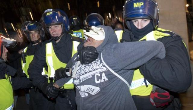 الشرطة البريطانية تعتقل أحد المتظاهرين في احتجاج