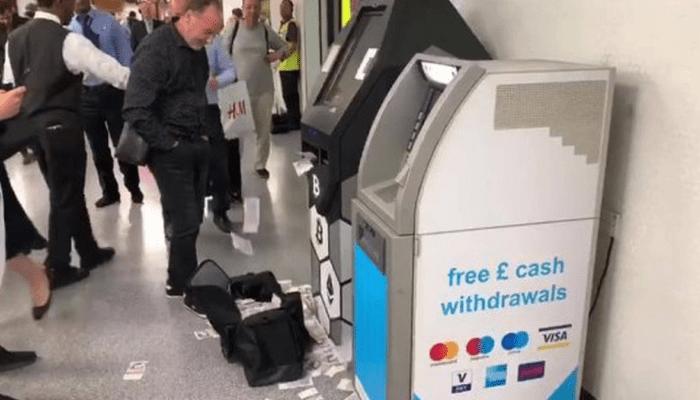 بالفيديو صراف آلي مجنون يلقى بالأموال على ركاب مترو لندن