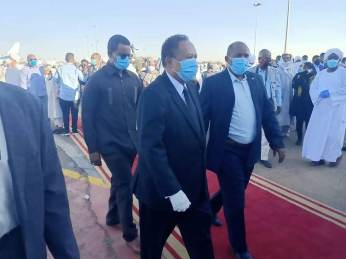 رئيس وزراء السودان على رأس مستقبلي جثمان الإمام