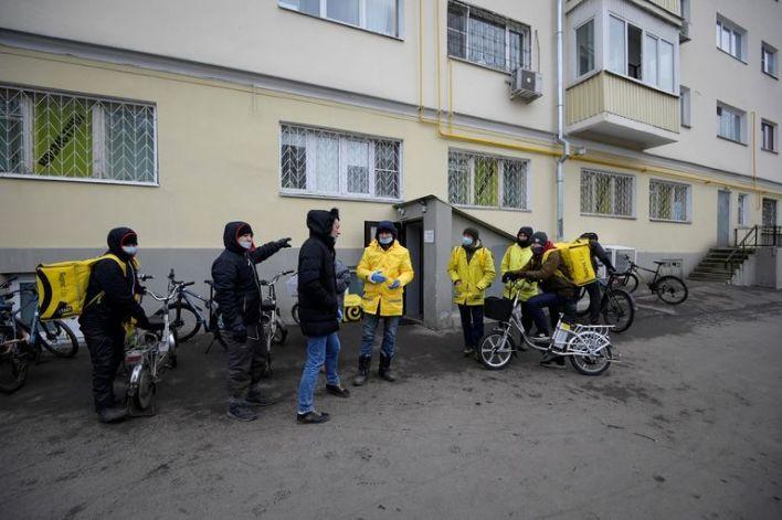 تجمع لموظفين خارج مستودع ياندكس Lavka - خدمة توصيل البقالة السريعة
