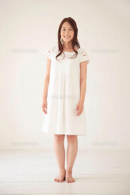 白い服を著た女性のポートレート[11032004607]| 寫真素材 ...