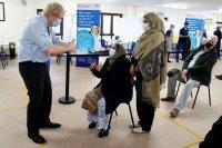 PM Inggris Johnson disuntik vaksin AstraZeneca dosis pertama