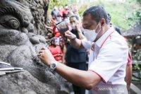 Bupati Gianyar lihat proses pembuatan ukiran pelief di Pura Beji Dalem Jantur