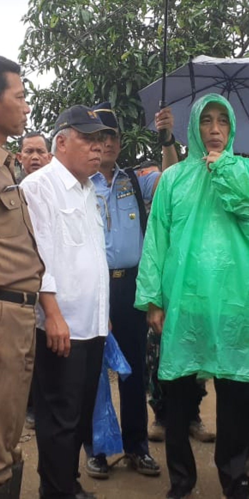 Monyet Pakai Jas Hujan : monyet, pakai, hujan, Hujan, Plastik, Dikenakan, Jokowi, Praktis, Harga, Hanya, Rp10.000, ANTARA, Barat