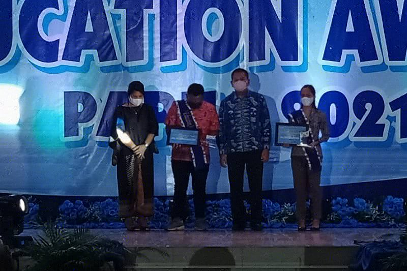Dua guru yang terbunuh di Beoga Papua menerima Penghargaan Pendidikan
