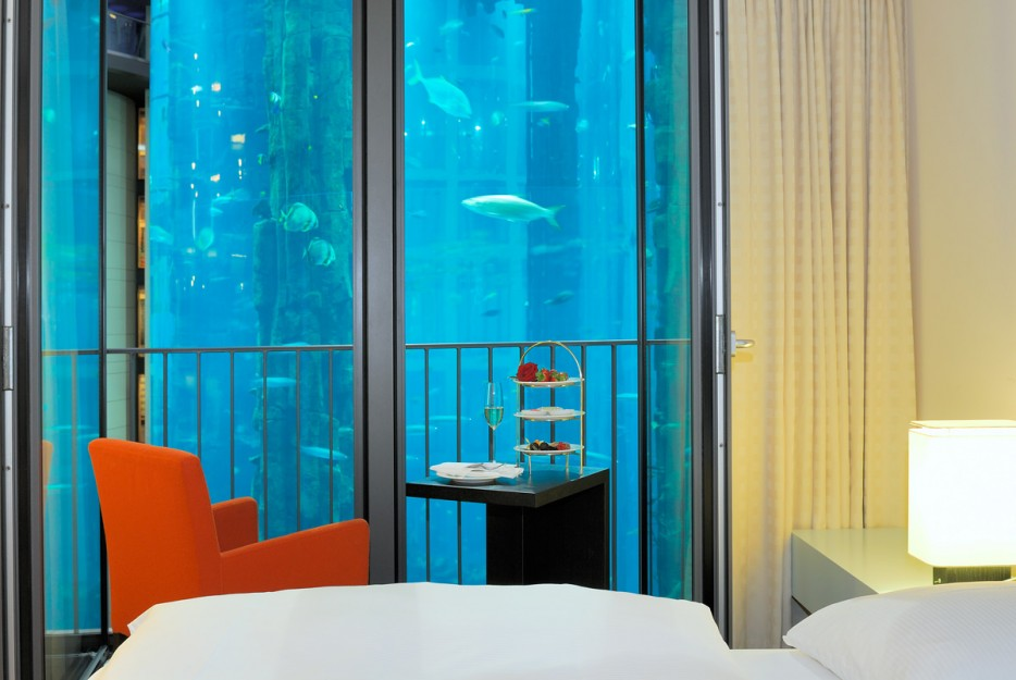 39-Room-Standard_AquaDom-view_RadissonBluHotelBerlin