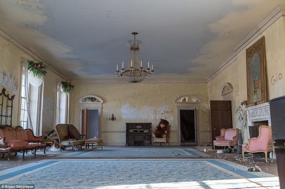 Mysteriously Abandoned In 1976 This Creepy Mansion Just Gave Up Its Secrets