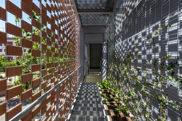 Extension Gaud-designed School Showcases Ceramic