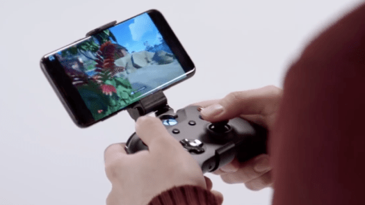 Sea of Thieves streaming to a smartphone with an attached Xbox One controller.