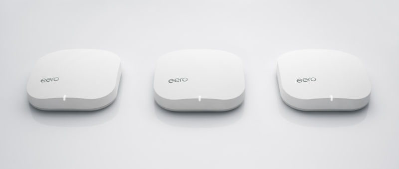 Un trío de dispositivos Eero.