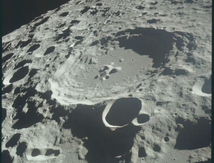 A superfície da Lua vista da Apollo 11, enquanto na órbita lunar.