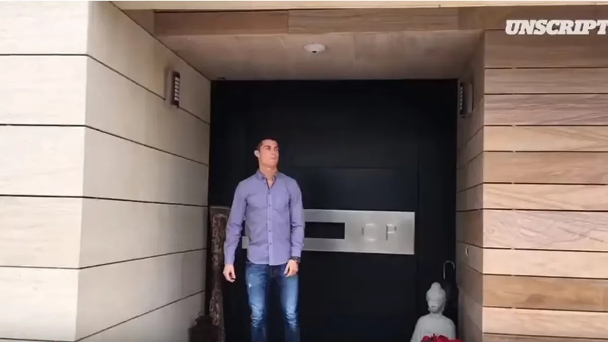 Cristiano Ronaldo ensea su mansin de 10 millones  Autobildes