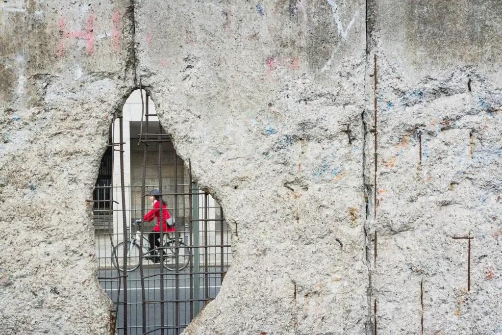 La storia della festa dopo la caduta del Muro di Berlino  Berlino Magazine