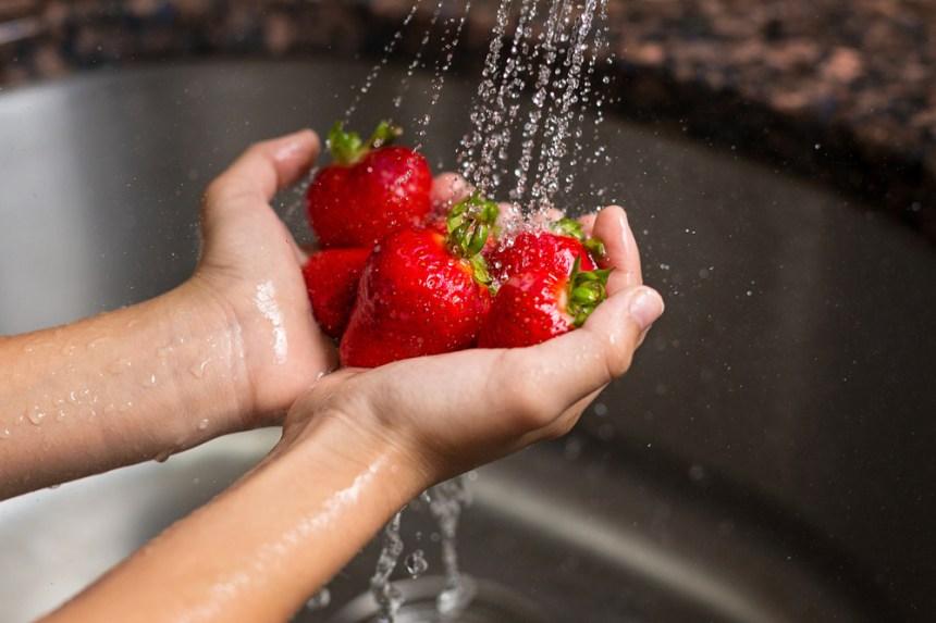 Lavare le fragole con acqua di rubinetto