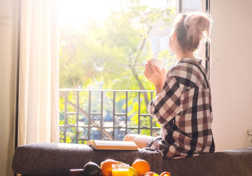 luce attraverso la finestra donna che beve caffè