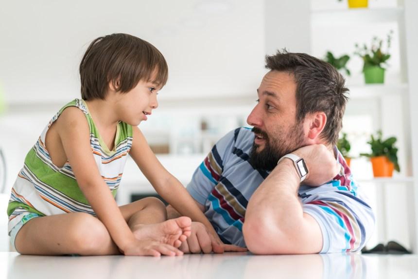 il padre parla con il figlio, i figli dialogano con la famiglia