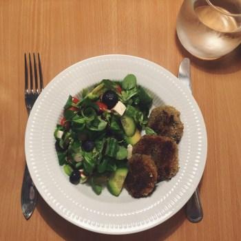Auberginefrikadeller og en grøn salat med blåbær