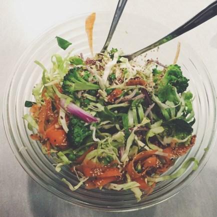 Spidskålssalat med broccoli, ærter, sesam og hørfrø