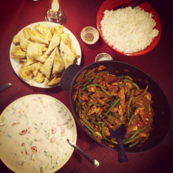 Indisk simreret med kylling og grønne bønner