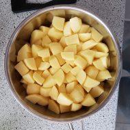 Kartoflerne skrælles og skæres i tern inden de koges