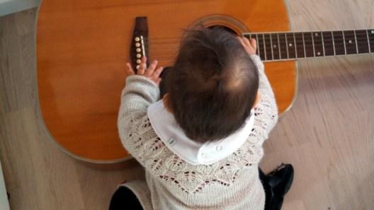 Guitaren er yderst fristende for lille L <3